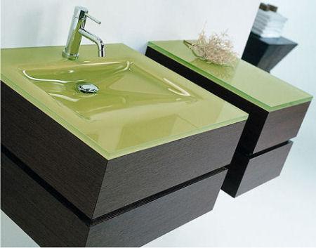 per quanto riguarda le superfici dei mobili per il bagno stanno assumendo una certa rilevanza quelli in legno specialmente nei colori betulla o rovere